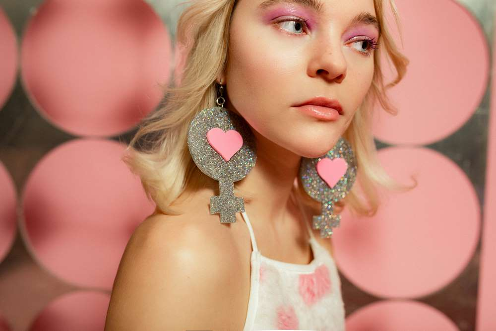 Vt Exclusive Taylor Hickson wearing glitter earrings